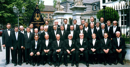 """Der """"Städtische"""" in den 1980er Jahren vor haus Spiess. Am Samstag feiert der Männergesangverein sein 175-jähriges Bestehen. FOTO: VEREIN"""