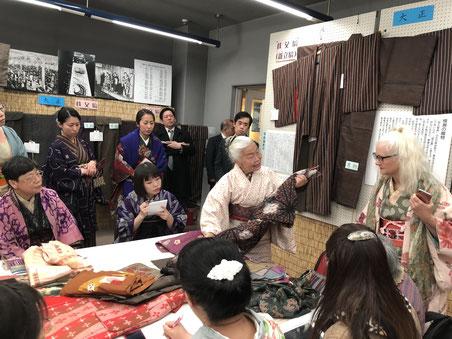 銘仙収集家木村和恵さんによる銘仙鑑定会。シーラクリフ教授も銘仙のきものを持参されました。