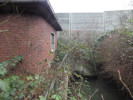 Das große historische Pumpenhäuschen  pumpt heute noch das Wasser des Gehölzbachs von der Horner Rennbahn unter der Autobahn durch