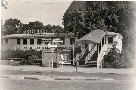 Diese Aufnahme von 1961 zeigt das Reisebüro, das sich an der Ecke Wandsbeker Allee  - Wandsbeker Marktstraße vor der Kirche befand. Das historische Foto wurde uns dankenswerter Weise von Herrn Dr. Becker-Kavan zur Verfügung gestellt