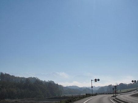国道237号線 ずっと向こうに十勝岳連峰が・・