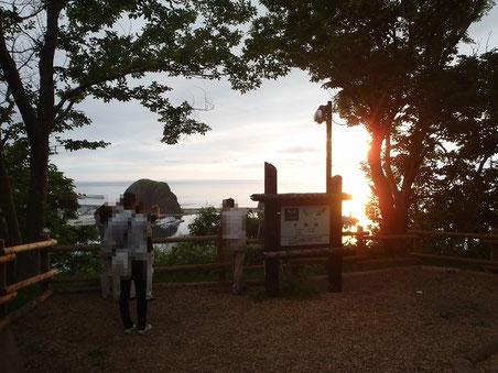 18:34 キャンプ場から海に沈む夕日を見る事が出来る