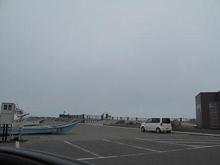 ノシャップ岬を横目に。モニュメントの所で若者達がはしゃいでいた。えーなー若いって。。