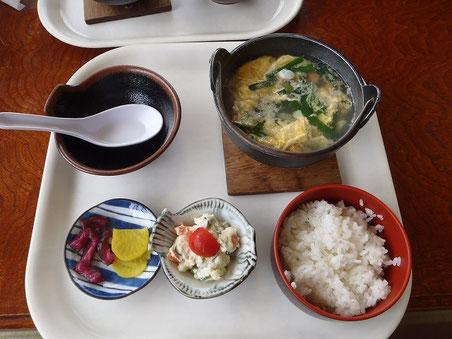 ウニがタップリのウニ汁定食。食器に雰囲気はないが味は良し。