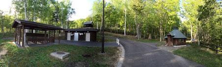 左)洗い場 中央)水洗トイレ 中央奥)管理棟 右)焼肉ハウス(コタハウス)