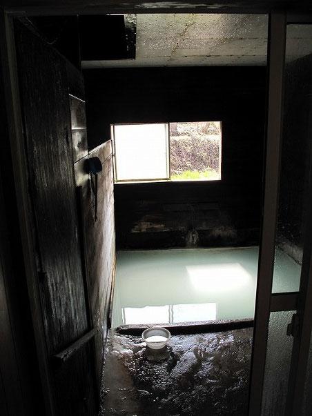 もう一人の入浴客のおじさんと風呂を撮影しまくる。一応ここは男湯と女湯に分かれておりますが、シャワーや蛇口の類いは一切ありませんのでご注意。