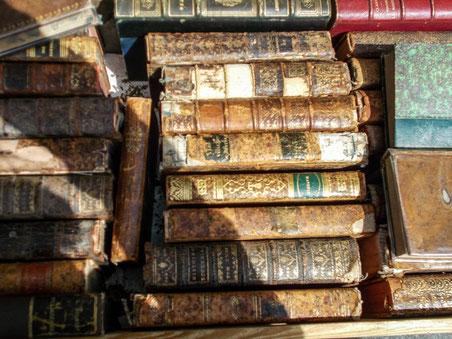 Alte Bücher auf der Straße der Bouquinisten vor Notre Dame