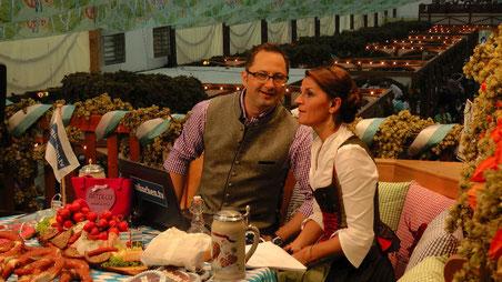 Das Wiesnstudio, mit Marion Schieder und Alex Onken. Sie moderieren auch in dieses Jahr wieder live auf der Empore im Hofbräu-Festzelt. Täglich live ab 18 Uhr auf münchen.tv © Copyright by Olaf Timm
