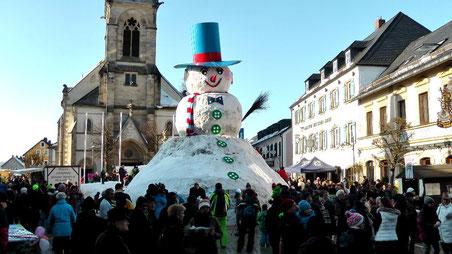 Schneemannfest Rekord gebrochen Riesenschneemann Jakob feiert sein 30 jähriges Jubiläum in Bischofsgrün 2015 © Copyright by Olaf Timm