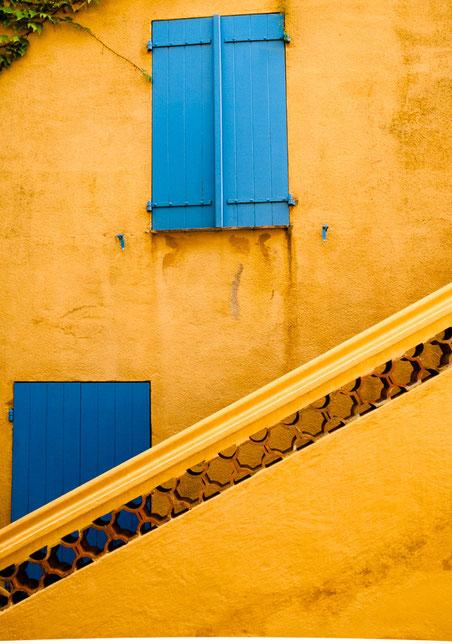blaues Fenster, blaue Tür, gelbe Wand