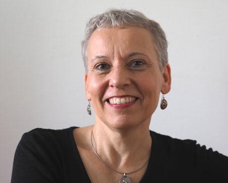 Foto von Beate Hablitzel, Frau mit kurzen grauen Haaren lächelt strahlend