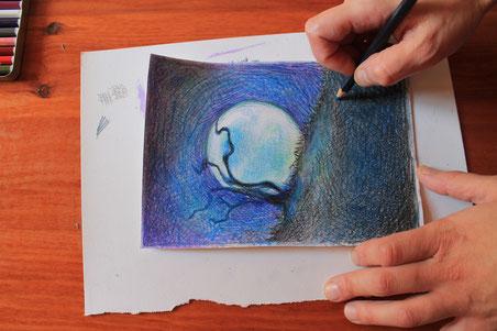 Elisa che disegna la luna con l'albero, pastelli colorati su carta