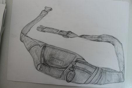Nicola che ha disegnato il suo marsupio, matita su carta.