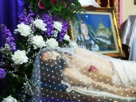 """Il Sepolcro con la  bellissima statua del """"Gesù morto"""" appartenente alla chiesa Santa Maria della Scala, per la prima volta esposta ai visitatori nella serata del Giovedì Santo."""