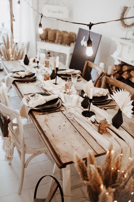 Boho Hochzeit Wedding Tischdekoration Tablesetting Dekoverleih Tischläufer the featherette