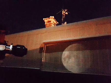 Luna proyectada contra el techo corredizo del observatorio.