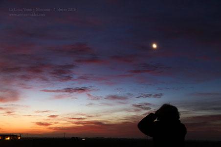 Fernando disfrutando de los paisajes lunares iluminados por la luz de la Tierra.
