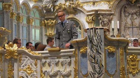 Obergefreiter Jannke spricht den Psalm.
