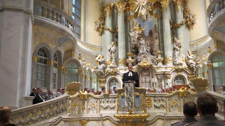 Pfarrer Sebastian Feydt predigt beim Militärgottesdienst am 30.04.2014 in der Frauenkirche Dresden