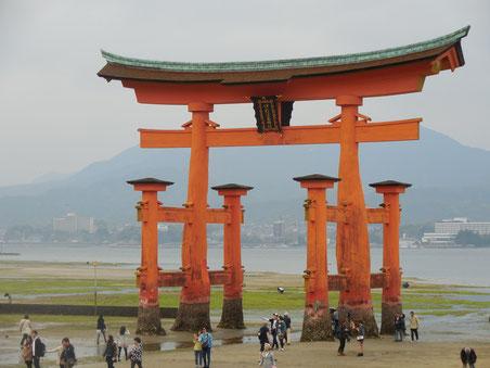 Vor dem Itsukushima-Schrein auf Miyajima