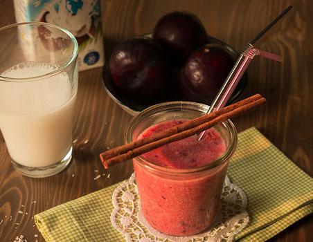 Pflaumen-Kokos-Drink mit Zimt und Tonkabohne