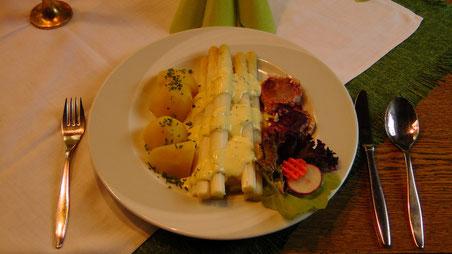 Frischer fränkischer Spargel mit Sauce Hollandaise Schweinefilet und Salzkartoffeln