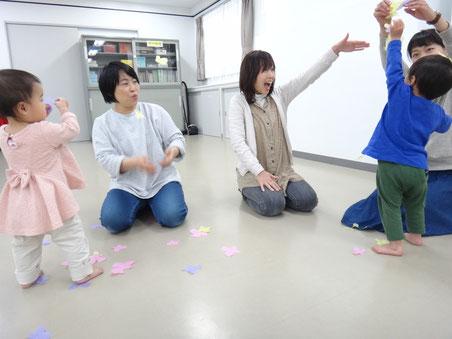 津蔵永久音先生(中央左側)と、佐藤淳子先生(中央右側)