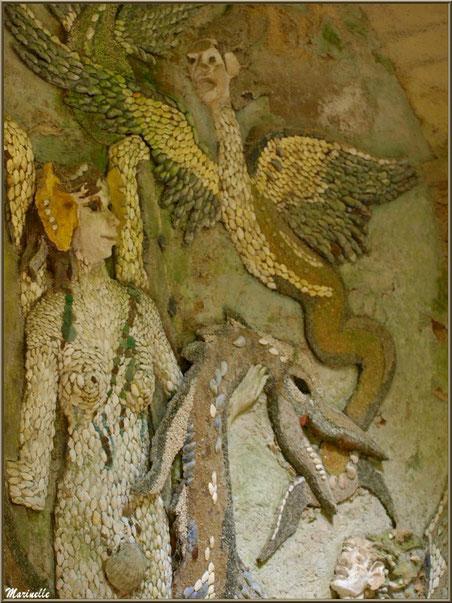 La Grotte Italienne et ses personnages marins en coquillages (mur gauche) - Les Jardins du Kerdalo à Trédarzec, Côtes d'Armor (22)
