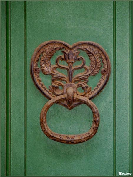 Une porte et son vieil heurtoir à Pontrieux, Côte d'Armor (22)