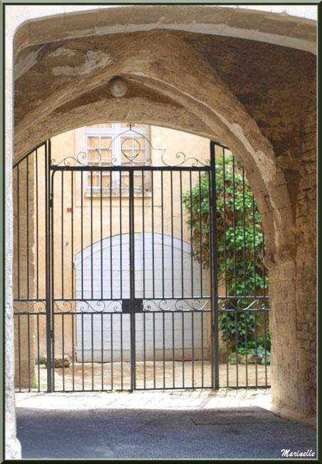 Propriété avec son porche d'entrée - Goult, Lubéron - Vaucluse (84)