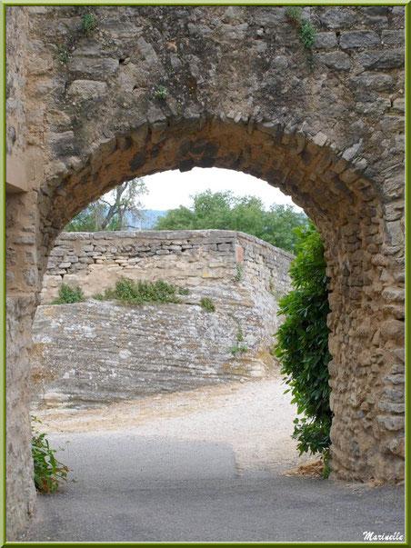 Le château et un de ses porches sur ruelle - Goult, Lubéron - Vaucluse (84)