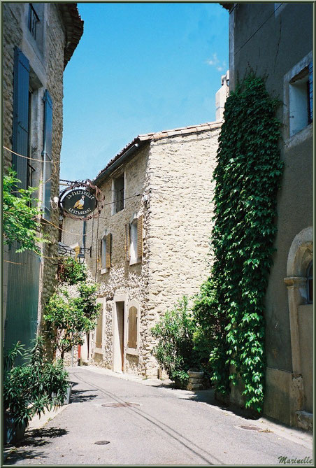 """Ruelle et restaurant """"La Bartavelle"""" - Goult, Lubéron - Vaucluse (84)"""