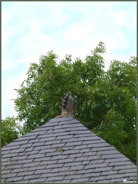 Toit au-dessus d'un lavoir indiquant par son piton la fortune du propriétaire (nombre d'anneaux) en bordure du Trieux, Pontrieux, Côte d'Armor (22)