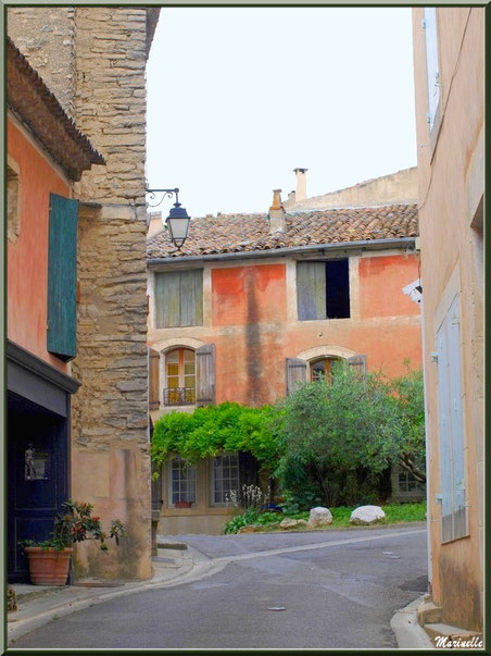Ruelle et maisons à côté de l'ancien Bureau de Poste - Goult, Lubéron - Vaucluse (84)