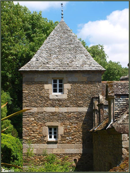 Le Manoir (vu depuis le sentier en contrebas des Terrasses) - Les Jardins du Kerdalo à Trédarzec, Côtes d'Armor (22)
