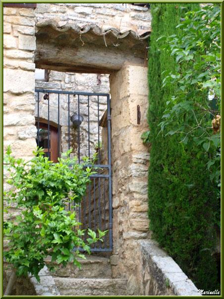 Escalier dans une ruelle verdoyante et fleurie avec ses belles bâtisses anciennes - Goult, Lubéron - Vaucluse (84)