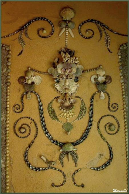 Les Quatres Carrés et les mosaïques en coquillages d'un petit pavillon - Les Jardins du Kerdalo à Trédarzec, Côtes d'Armor (22)