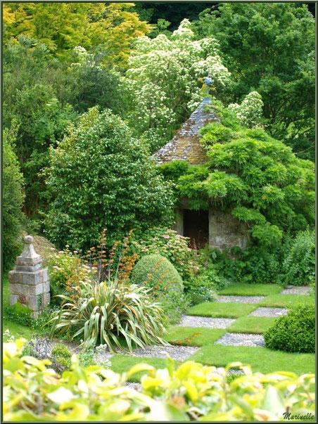 Les Quatres Carrés et un petit pavillon aux mosaïques en coquillages - Les Jardins du Kerdalo à Trédarzec, Côtes d'Armor (22)