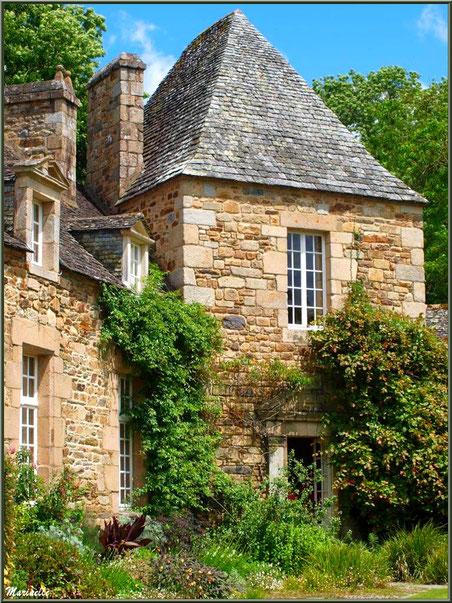 Le Manoir et la porte ouverte menant au musée - Les Jardins du Kerdalo à Trédarzec, Côtes d'Armor (22)