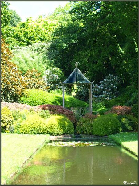 Le Canal avec son bassin, sa pagode et sa végétation luxuriante - Les Jardins du Kerdalo à Trédarzec, Côtes d'Armor (22)