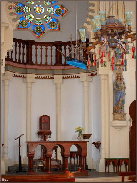 Chapelle Algérienne, une partie de la nef avec autel, coffre à hosties en fond, lustre, balcon, statue Vierges à l'Enfant...  Village de L'Herbe, Bassin d'Arcachon (33)