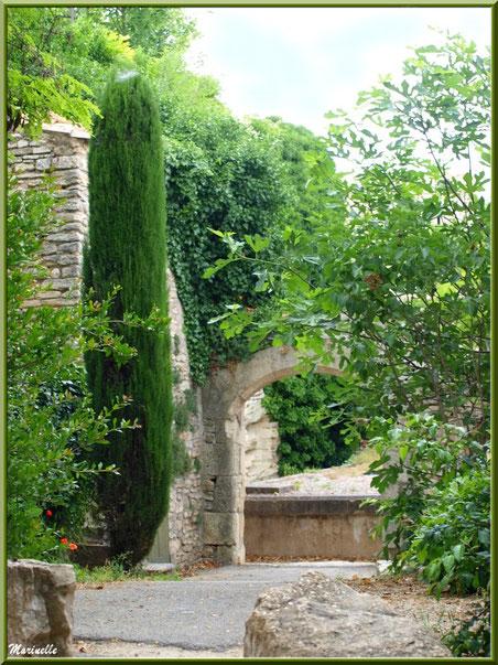 Verdoyance et vieilles pierres - Goult, Lubéron - Vaucluse (84)