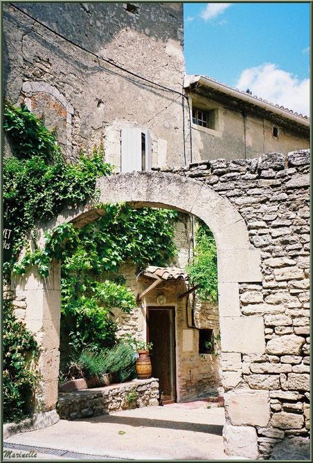 Vieille bâtisse verdoyante derrière un porche - Goult, Lubéron - Vaucluse (84)