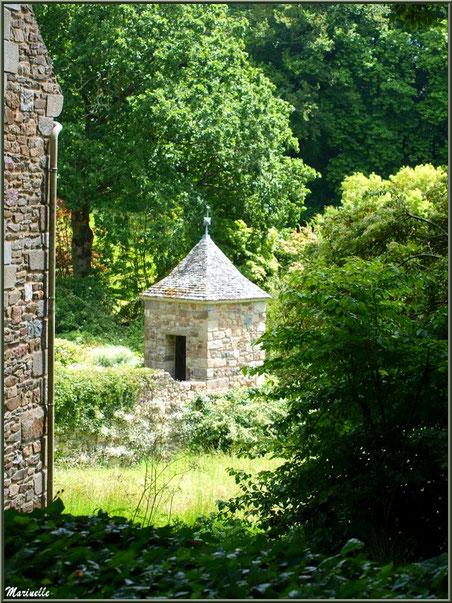 Les Quatres Carrés et un petit pavillon (vue depuis le sentier menant à la Vallée du Bas) - Les Jardins du Kerdalo à Trédarzec, Côtes d'Armor (22)