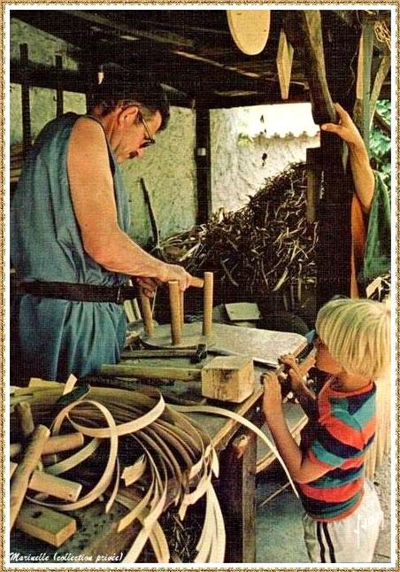 Gujan-Mestras autrefois : Atelier du feuillardier du Limousin au Village Médiéval d'Artisanat d'Art de La Hume, Bassin d'Arcachon (carte postale, collection privée)