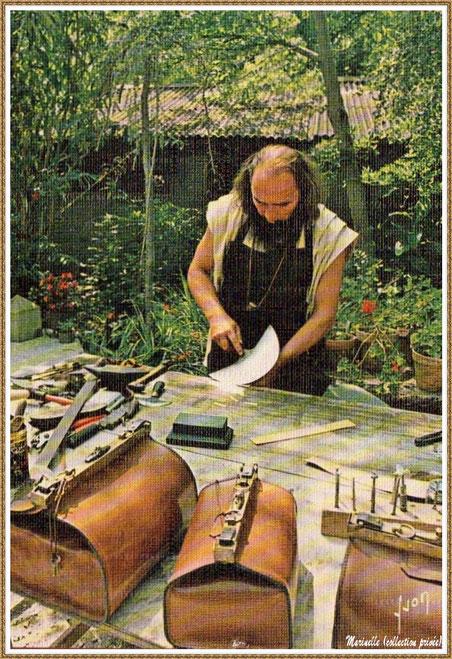 Gujan-Mestras autrefois : le sellier maroquinier au Village Médiéval d'Artisanat d'Art de La Hume, Bassin d'Arcachon (carte postale, collection privée)