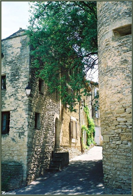 Une ruelle avec ses belles bâtisses anciennes - Goult, Lubéron - Vaucluse (84)