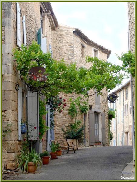 """Ruelle avec atelier artiste peintre et restaurant """"La Bartavelle"""" - Goult, Lubéron - Vaucluse (84)"""