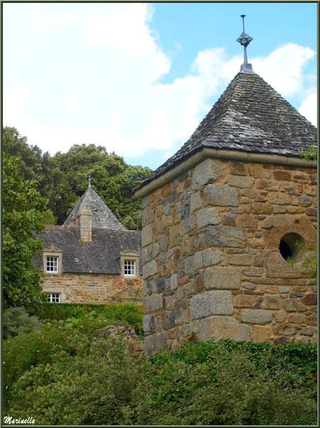 Le Manoir et une des annexes dans les Quatre Carrés - Les Jardins du Kerdalo à Trédarzec, Côtes d'Armor (22)