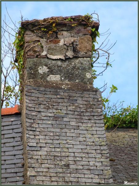 Vieille cheminée d'une habitation en bordure du Trieux, Pontrieux, Côte d'Armor (22)